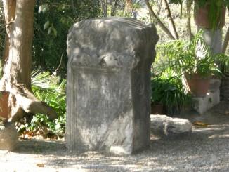"""CASALOTTI -Interno Castello della Porcareccia-Reperti Archeologici- Stele commemorativa di un """"apparitore"""" imperiale"""