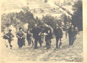 Foto-17-023-Il-Comando.-Partigiani-formazione-Matteotti-scendono-ad-Alba