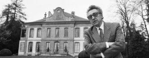 """Charles-Henri Favrod, Direktor des Fotomuseums """"Musee de l'Elysee"""" in Lausanne, aufgenommen am 13. Maerz 1992 im Park des Museums. (KEYSTONE/Str)"""
