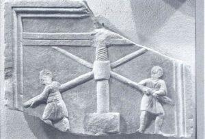 Rappresentazione di pressa a vite. Bassorilievo, Aquileia.