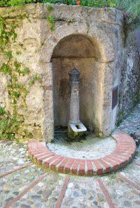Castelnuovo di Farfa (Rieti) La Piazzetta-La fontanella