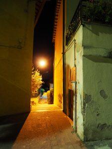 Castelnuovo di Farfa (Rieti) - Via Roma Ovest-Ingresso pedonale al Parcheggio pubblico