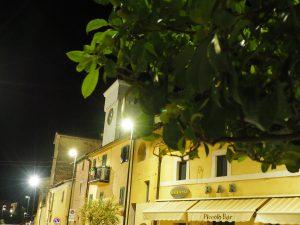 Castelnuovo di Farfa la notte e i Bar di via Roma.